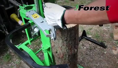 The operator shows all the phases of use of the SF130 PTO log splitter, including accessories, log block and lifting ...