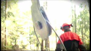 - Video dei due modelli di verricello forestale portatile ForestWinch. Senza e con guidafune (mod. Automatic). L'util...