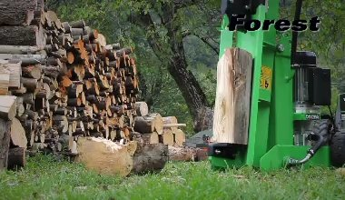 Wood splitter SF105 DUO 220. The operator shows the use of the machine in the two main positions, varying the ...